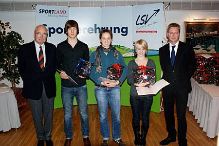 Ehrung durch den LSV-Präsidenten Dr. Ekkehard (l) und den Sportreferenten der Landesregierung Eckhard Jacobs (r) an Lars Hartig, Lena Möbus und Laura Schwensen. Foto: A. König
