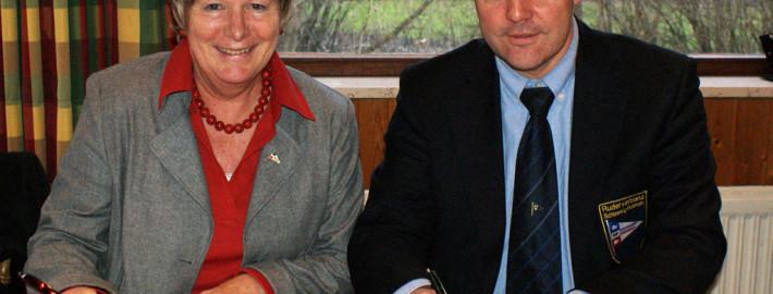 Heida Benecke und Reinhart Grahn unterzeichnen den Ehrenkodex