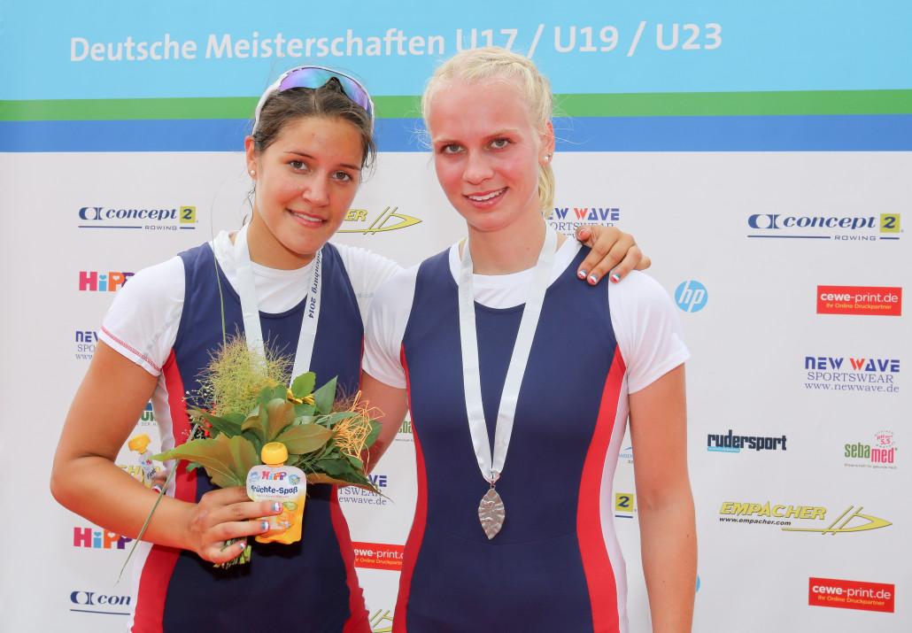Frieda Hämmerling und Annemieke Schanze mit Silbermedaille bei der Siegerehrung