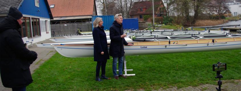 Bootstaufe beim Ratzeburger Ruderclub: Susanne und Holger Knaack bei der Taufe. RRC-Chef Lange schaut live, die Mitglieder per Kamera zu.